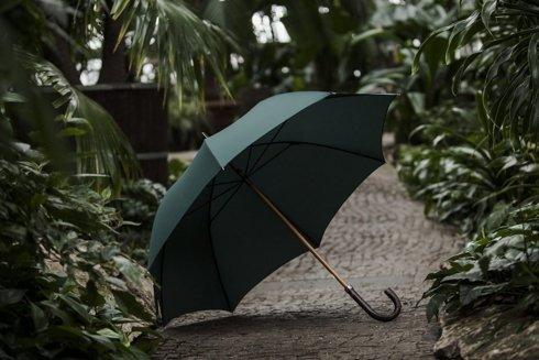 Drewniany parasol w butelkowej zieleni