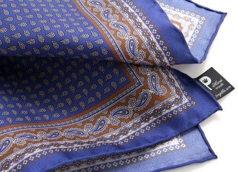 niebieski z brązowymi akcentami